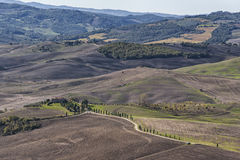 皮恩扎-托斯卡纳/意大利, 2016年10月30日:与绵延山和谷的风景托斯卡纳风景在秋天,在皮恩扎- Val D `附近 免版税库存图片