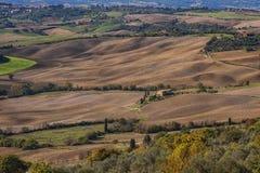皮恩扎-托斯卡纳/意大利, 2016年10月30日:与绵延山和谷的风景托斯卡纳风景在秋天,在皮恩扎- Val D `附近 库存图片