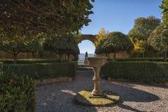 皮恩扎- TUSCANY/ITALY, 2016年10月30日:有Giardino的意大利新生庭院Piccolomini宫殿所有` italiana  图库摄影