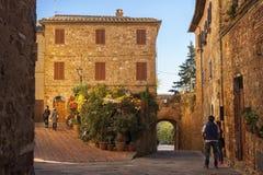 皮恩扎- TUSCANY/ITALY, 2016年10月30日:未定义人在皮恩扎美丽的老和中世纪镇, Val D ` Orcia 图库摄影