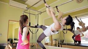 皮拉提斯妇女在卡迪拉克中分裂了腿舒展锻炼在健身房 股票录像