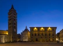 皮斯托亚在蓝色小时,托斯卡纳,意大利主教座堂广场  库存照片