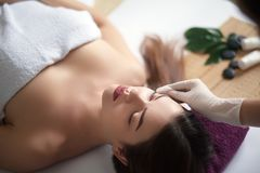 皮肤和身体关心 可及温泉治疗的一个少妇的特写镜头美容院 温泉面孔按摩 面部秀丽治疗 Sp 库存照片