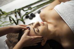 皮肤和身体关心 得到温泉Treatm的一个少妇的特写镜头 库存图片