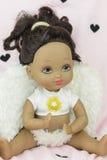 黑皮肤玩偶佩带的天使衣服和翼,女孩 免版税库存照片