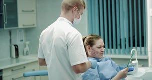 皮肤给他的患者镜子的回复prp或vampirefacial做法医生的新的发明查看  影视素材