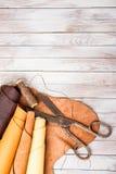 皮肤滚动与剪刀和螺纹在木背景 免版税图库摄影