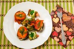 绿皮胡瓜和蕃茄煮熟的盘  免版税库存图片