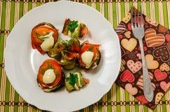 绿皮胡瓜和蕃茄煮熟的盘  免版税库存照片