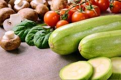 绿皮胡瓜用蘑菇和蕃茄 库存照片