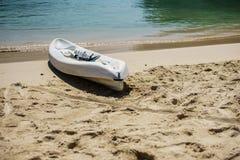 皮船和桨由海滨在Labadee,海地美丽的白色沙子  免版税库存图片