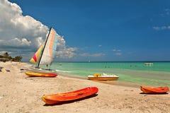 皮船和筏在美丽的海滩 库存照片