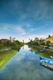 皮船在威尼斯海滩,加利福尼亚的运河停放了 免版税库存照片