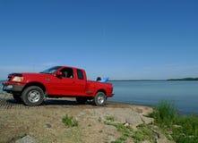 皮船在湖的1997年福特Stepside提取装载了 图库摄影