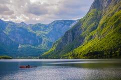皮船在湖Bohinj 库存照片
