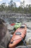 皮船在石海滨站立停泊,在a背景中  库存照片