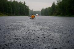 皮船在雨中 库存图片