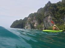 皮船在鲜绿色海 库存照片