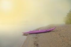 皮船小船在湖在黎明 免版税库存图片