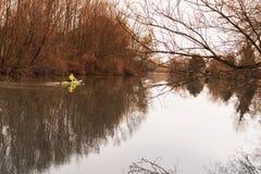 皮船的一个女孩 在河的女孩浮游物皮船的 免版税库存照片