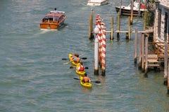 皮船的人们在威尼斯,意大利大运河  免版税库存图片