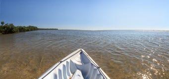 皮船通过沿Marco海岛海岸线的水滑动, 免版税库存照片