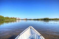 皮船通过沿Marco海岛海岸线的水滑动, 免版税库存图片