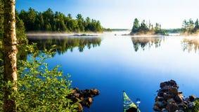 皮船,早晨薄雾,新月形湖 免版税图库摄影