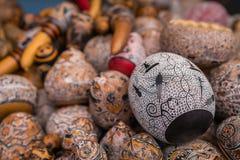 皮萨克市场,秘鲁- 2018年9月-在市场摊位的装饰工艺品 免版税库存图片