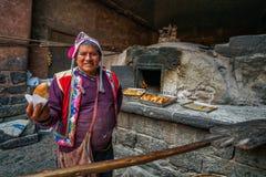 皮萨克市场,秘鲁- 2018年9月-拿着饼的秘鲁人面包师 免版税图库摄影