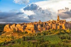 皮蒂利亚诺中世纪镇日落的,托斯卡纳,意大利 免版税库存图片
