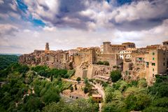皮蒂利亚诺,在凝灰岩岩石建设的镇,是一个多数花花公子 免版税库存图片