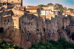 皮蒂利亚诺,在凝灰岩岩石建设的镇,是一个多数花花公子 免版税库存照片