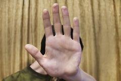 皮面对,关闭左手棕榈从观众的 库存图片