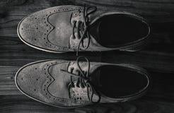 皮革人的在地板上的方鞋子在黑&白色 库存照片