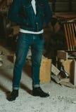 黑皮革人` s穿上鞋子时髦和经典牛仔裤 免版税库存图片
