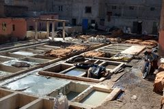 皮革传统皮革厂 马拉喀什 摩洛哥 免版税图库摄影