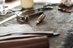 皮革制作的工具 免版税库存图片