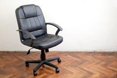 黑皮革办公室椅子 免版税库存图片