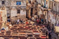 皮革厂工作者在Fes摩洛哥 库存照片