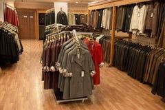 皮革外套在一个零售店界面 免版税库存图片
