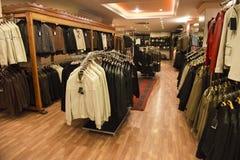 皮革外套在一个零售店界面 免版税库存照片