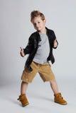 皮革外套的时兴的孩子 小男孩发型 秋天时尚 免版税图库摄影