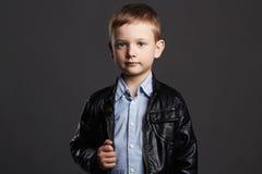 皮革外套的时兴的孩子 时髦的小男孩 滑稽的6岁孩子 库存图片