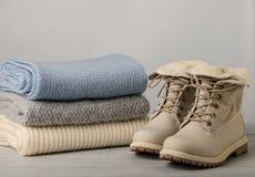 皮革妇女` s光冬天起动和堆被编织的事 免版税库存照片