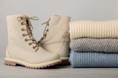 皮革妇女` s光冬天起动和堆被编织的事 免版税库存图片