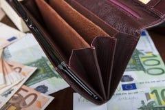 皮革妇女` s钱包特写镜头;金钱的空的部门 免版税库存图片