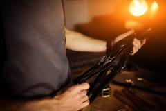 皮革工艺的运作的过程在车间 供以人员拿着摄影师照相机的` s传送带 木背景 库存图片