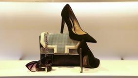 皮革提包、鞋子和sunglass妇女的 免版税库存图片