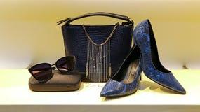 皮革提包、鞋子和sunglass妇女的 库存图片